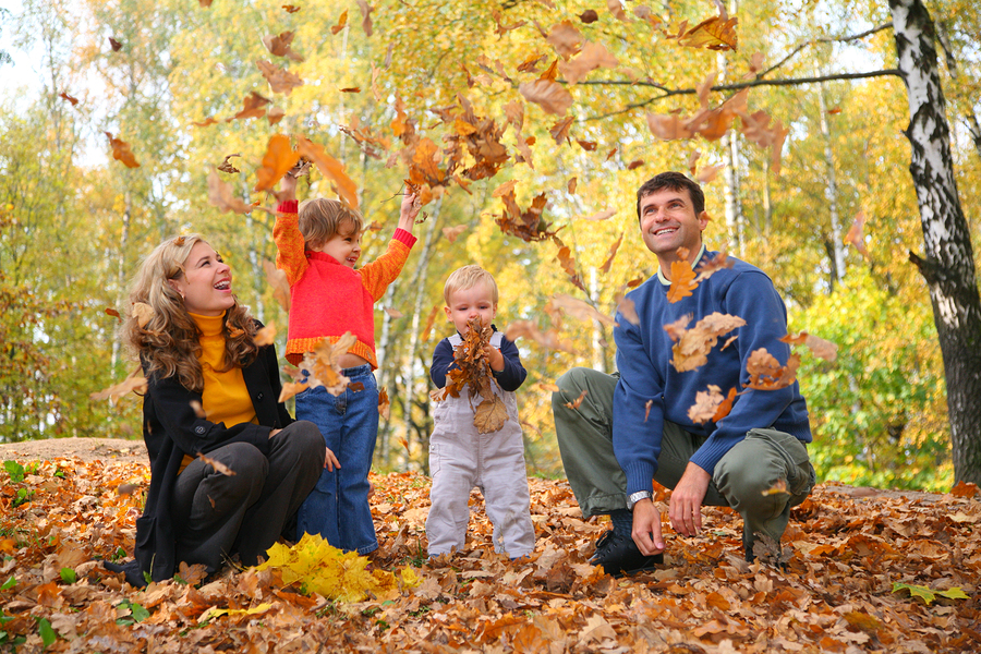 50 fall family photo ideas for Fall family picture ideas outside